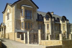 Фасад здания с облицовкой из дагестанского камня